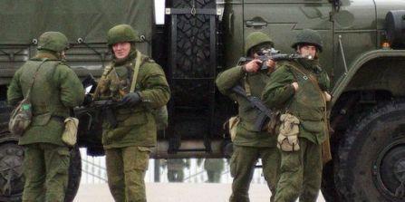 4375514_3_beda_des-hommes-armes-sans-uniforme-distinctif-sur_5e3d52dacbd21c4df8416dacf9df71f1