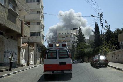 665882-une-ambulance-arrive-sur-les-lieux-d-un-bombardement-de-l-armee-israelienne-a-gaza-le-27-juillet-201