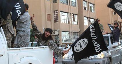 673008-image-extraite-du-media-jihadiste-al-baraka-news-le-11-juin-2014-montrant-des-militants-de-l-ei-et-l