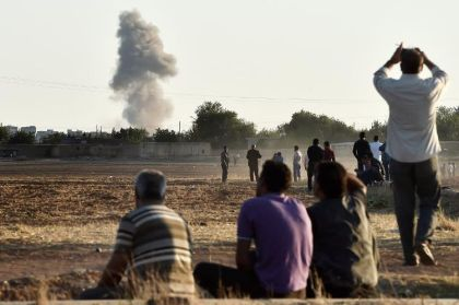 683454-des-kurdes-regardent-les-frappes-aeriennes-de-la-coalition-sur-kobane-le-7-octobre-2014-en-syrie