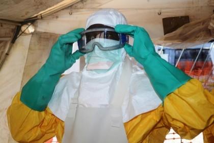 7773692902_un-membre-de-msf-en-tenue-de-protection-anti-ebola-a-conakry-en-guinee-le-28-juin-2014