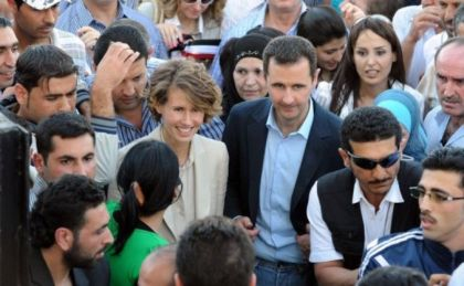 371901-le-president-syrien-bachar-al-assad-et-son-epouse-asma-le-30-juin-2011-a-damas