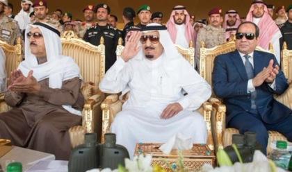 Le roi saoudien Salman, milieu, montres exercices militaires avec le président égyptien Abdel Fattah el-Sisi, à droite, et l'émir du Koweït, Cheikh Sabah Al-Ahmad Al-Jaber Al-Sabah,