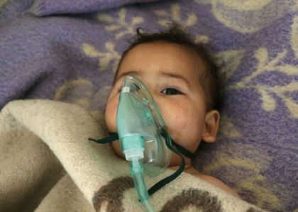 1009916-un-bebe-syrien-est-soigne-apres-une-attaque-au-gaz-toxique-du-gouvernement-sur-la-ville-rebelle-de-k