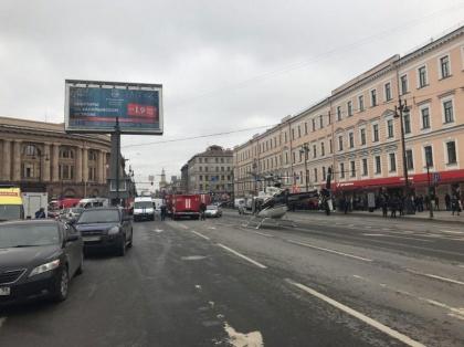 Un hélicoptère se pose près de la station de métro de Saint-Péterbourg après l'attentat